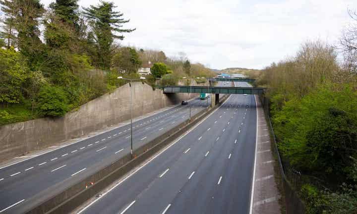 Londra'nın M25 çevre karayolu bu Pazartesi normalde trafiğin yoğun olduğu akşam dönüş saatlerinde böyle görünüyordu.