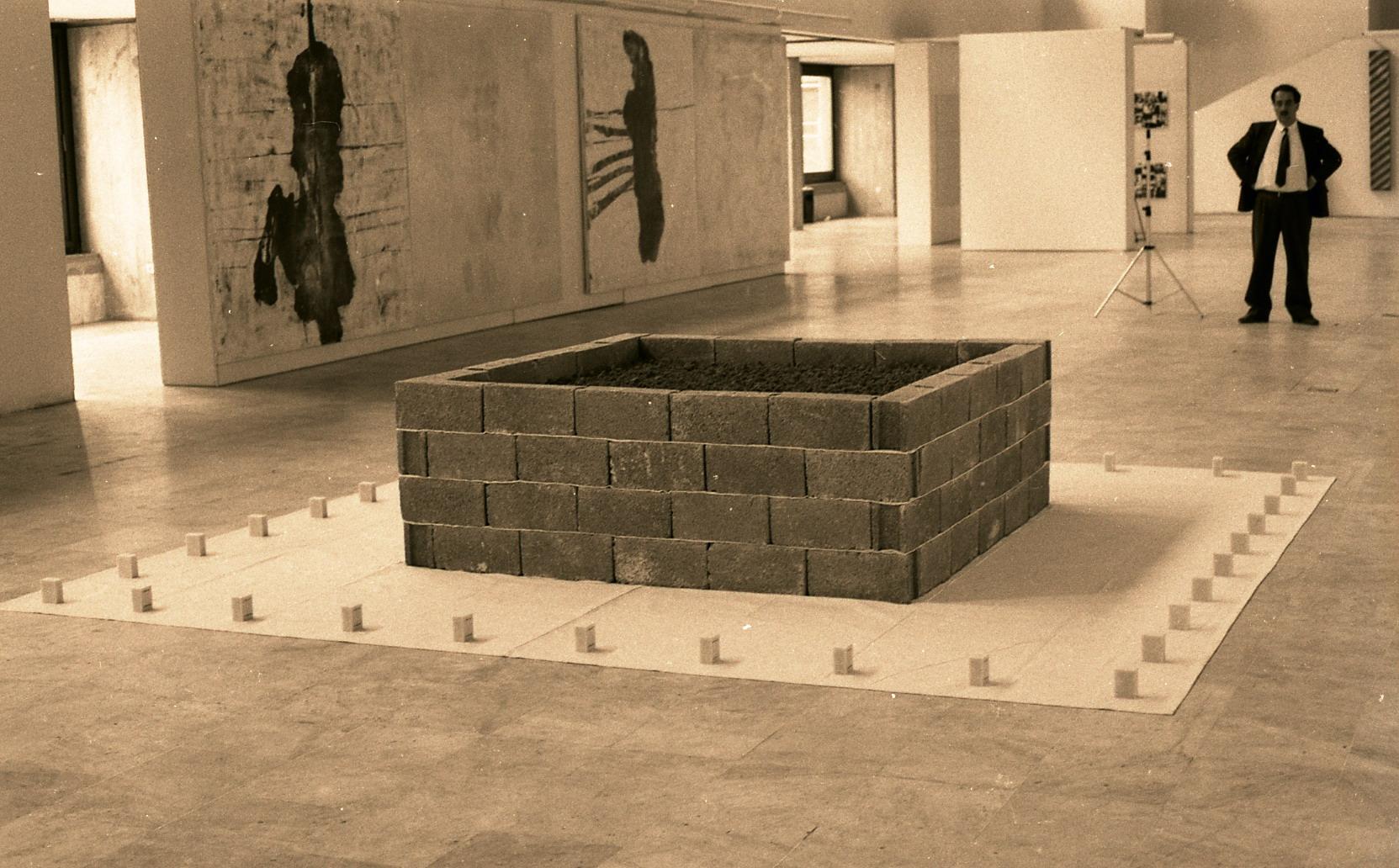 Cengiz Çekil, Fani Bir Anıt (No. 1), 1990. Büyük Sergi II'den görünüm, Atatürk Kültür Merkezi, Ankara, 1990. (SALT Araştırma, Cengiz Çekil Arşivi)