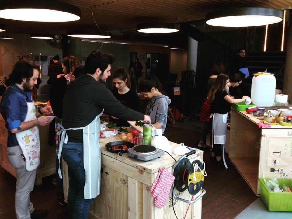 Fotoğraf: Ozan Avcı, MEF Üniversitesi'nde mimarlık fakültesi öğrencileriyle gerçekleştirdikleri geçici mutfaktan, 2018