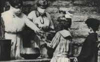 İspanyol Gribi,1918-1919, Cincinnati sokak mutfağı. Gönüllüler maskeler ile çocuklara yemek servis ediyor. / Courtesy of Spokesman-Review Archives